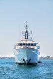 Megamotorjacht op de blauwe oceaan Stock Foto's