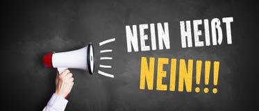 Megaphon mit ` keine Durchschnitte nein!!! ` auf einer Tafel stockfotos
