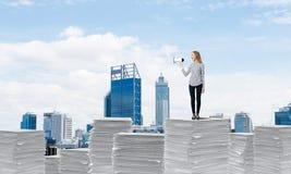 Γυναίκα που κρατά megaphone διαθέσιμο στοκ εικόνες με δικαίωμα ελεύθερης χρήσης