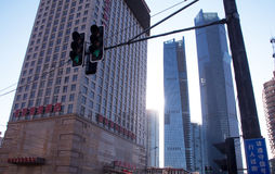 Megapolis beleuchtet nahe Wolkenkratzern Lizenzfreie Stockfotografie