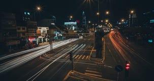 megapolis de nuit de Temps-faute, le trafic 4K de long-exposition banque de vidéos