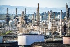 Megastructuren van grote olieraffinaderij in Californië stock fotografie