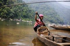 MEGHALAYA, ИНДИЯ, сентябрь 2018, строки лодочника его шлюпка на реке Umngot, Dawki стоковые изображения