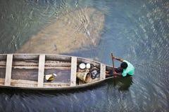 MEGHALAYA, ИНДИЯ, сентябрь 2018, строки лодочника его шлюпка на реке Umngot, Dawki стоковые фотографии rf