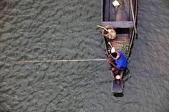 MEGHALAYA, ИНДИЯ, сентябрь 2018, строки лодочника его шлюпка на реке Umngot, Dawki стоковое изображение