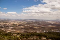 Megido-Tal, Armageddonkampfplatz mit leeren Feldern, bewölkter Himmel, Israel Lizenzfreie Stockfotos