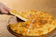 Megruli georgiano del khachapuri con queso imagenes de archivo