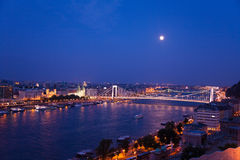 Megyeri-Brücke an der Nachtpanoramaansicht in Budapest Lizenzfreie Stockfotos