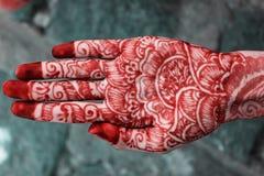 Mehandi design i indisk hand Arkivbilder