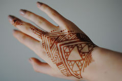 Mehendi 有无刺指甲花的妇女手 纹身花刺 库存照片