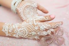 Mehendi branco nas mãos Fotografia de Stock Royalty Free