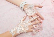 Mehendi branco nas mãos Imagem de Stock Royalty Free