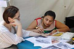 Mehendi indien de peinture d'artiste sur la main au festival de l'Inde à Moscou Image libre de droits