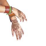 Mehendi lub henna tatuaż na kobiet rękach w bransoletkach Zdjęcie Stock