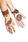 Mehendi lub henna tatuaż na kobiet rękach w bransoletkach Fotografia Royalty Free