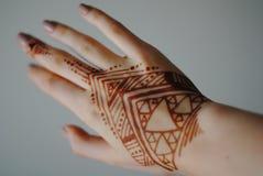 Mehendi Mano de la mujer con alheña tatuaje Foto de archivo