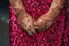 Mehendi nas mãos da mulher indiana fotografia de stock