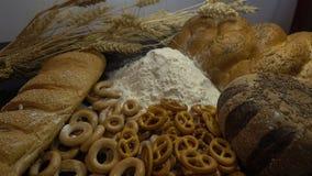 Mehl, Brot und Ohren des Weizens schließen HD Stockbild