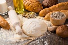 Mehl, Eier, Weißbrot, Weizenähren stockfotos