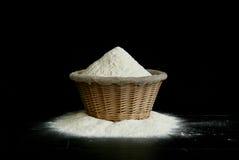 Mehl in einem bascet lizenzfreies stockfoto