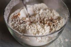 Mehl in einer großen Glasschüssel Stockfoto