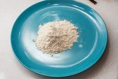 Mehl ist im blauen Teller stockfotos