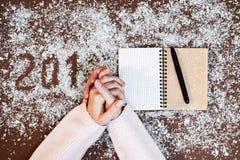 2018 Mehl schreiben Weihnachtskunst-Designhand stellt Dekoration des neuen Jahres dar Lizenzfreie Stockfotos