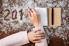 2018 Mehl schreiben Weihnachtskunst-Designhand stellt Dekoration des neuen Jahres dar Lizenzfreie Stockbilder