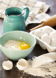 Mehl und Eier auf einem Holztisch Stockfotografie