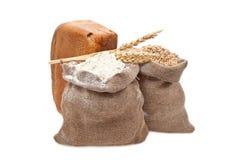 Mehl- und Weizenkorn mit Brot Lizenzfreies Stockfoto