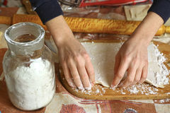 Mehlhände mit Küchenbrett und -Achterbahn Lizenzfreie Stockfotografie