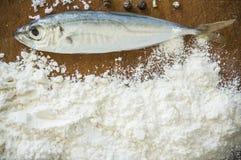 Mehlige Fische auf einem hölzernen Hintergrund Stockfotos