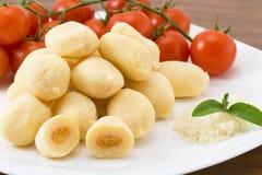 Mehlklöße angefüllt mit Mozzarella und Tomatensauce Stockfotos