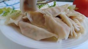 Mehlklöße auf einer essenden Platte, Gabel stock footage