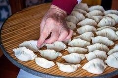 Mehlklöße des traditionellen Chinesen Kochen von selbst gemachten Mehlklößen mit Fleisch stockbilder