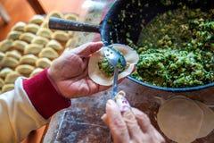 Mehlklöße des traditionellen Chinesen Kochen von selbst gemachten Mehlklößen mit Fleisch stockfotografie