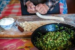 Mehlklöße des traditionellen Chinesen Kochen von selbst gemachten Mehlklößen mit Fleisch und Grüns stockbilder
