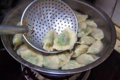 Mehlklöße des traditionellen Chinesen Kochen von selbst gemachten Mehlklößen mit Fleisch und Grüns stockfoto