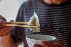 Mehlklöße des traditionellen Chinesen Kochen von selbst gemachten Mehlklößen mit Fleisch und Grüns lizenzfreies stockfoto