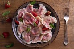 Mehlklöße, gefüllt mit Erdbeeren Pierogi, varenyky, vareniki, pyrohy - Mehlklöße mit dem Füllen lizenzfreies stockbild