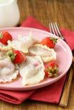 Mehlklöße mit Beeren und Sahnesauce Lizenzfreies Stockbild