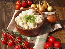 Mehlklöße mit Fleisch auf einem Holztisch Stockfoto