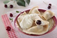 Mehlklöße mit Hüttenkäse und Kirschen Lizenzfreie Stockbilder