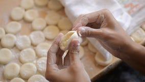 Mehlklöße mit Kartoffeln auf dem Brett mit Mehl und Teig stock video footage