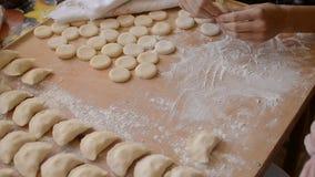 Mehlklöße mit Kartoffeln auf dem Brett mit Mehl und Teig stock video