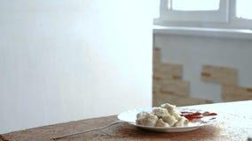 Mehlklöße mit Tomatensauce in der weißen Platte auf dem Tisch stock video footage