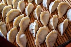 Mehlkl??e des traditionellen Chinesen Kochen von selbst gemachten Mehlkl??en mit Fleisch lizenzfreie stockfotografie