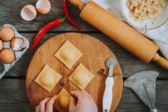 Mehlprozeß Ravioli in der Herstellung Lizenzfreie Stockfotos