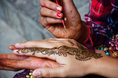 Mehndi或无刺指甲花在尼泊尔的印度样式 图库摄影