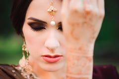 Mehndi покрывает руки индийской женщины, дизайн свадьбы хны, руки женщины с черной татуировкой mehndi Руки индийской невесты стоковые изображения